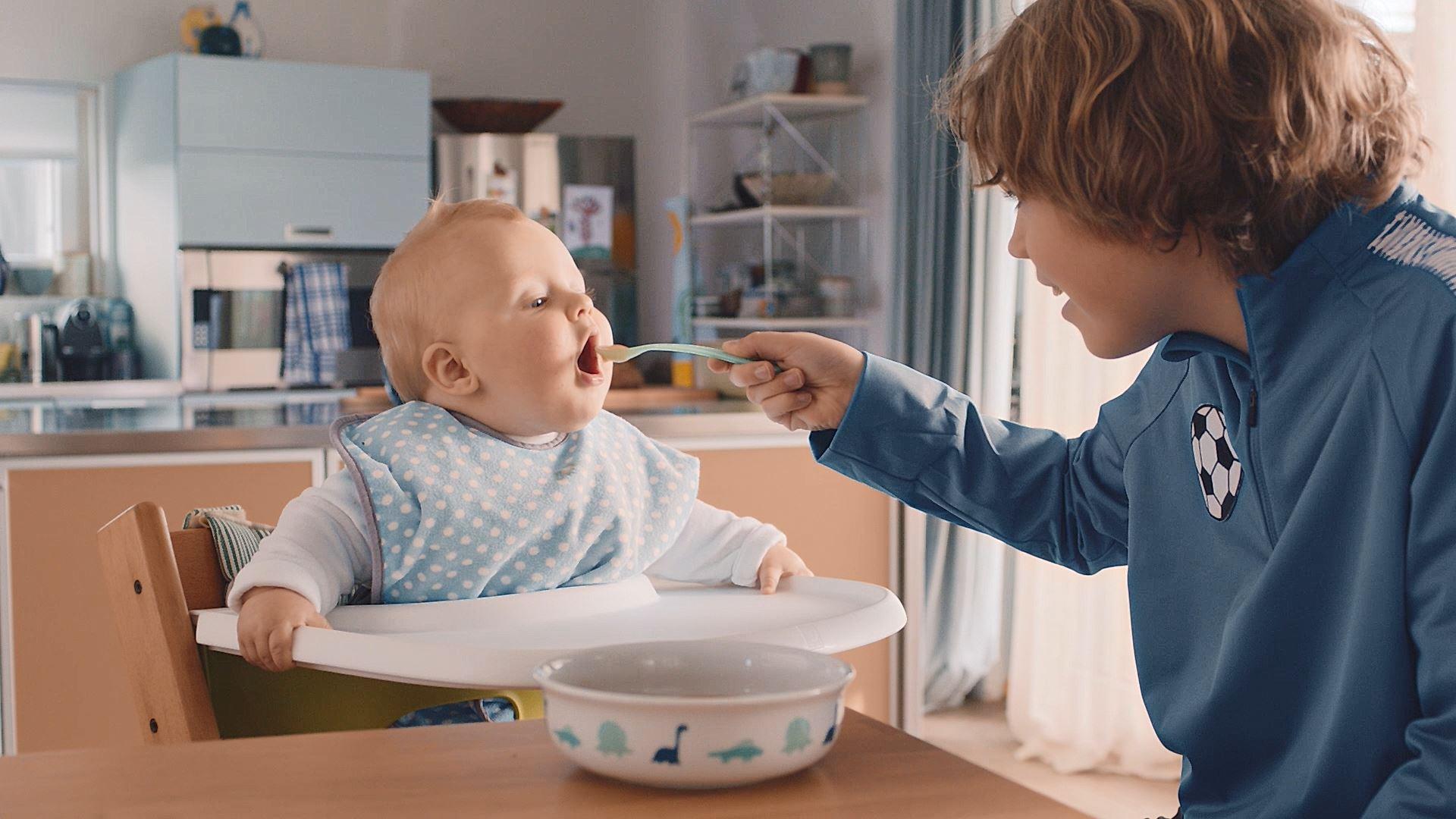 Lidl Family – Kurt Hunziker füttert den Kleinen